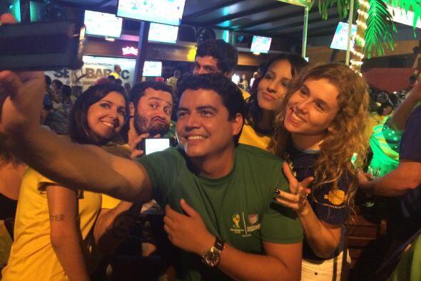 Hombres, mujeres y niños, todos disfrutaban del primer partido de Brasil...