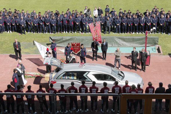 Los aficionados del Livorno rindieron un homenaje al centrocampista ital...