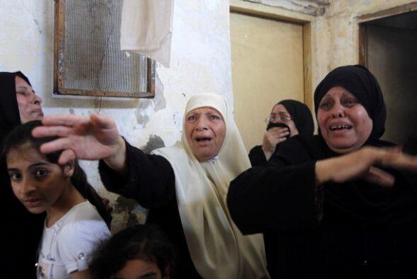Familiares de   la familia   al-  Hajj   lloran  cuando se reúnen...