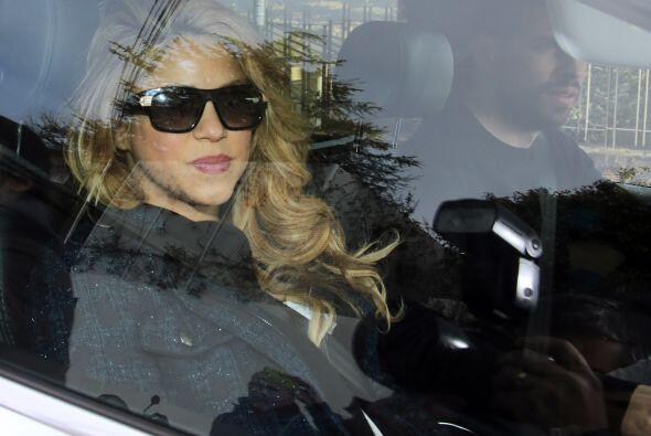 Shakira no trató de ocultarse ante las miles de cámaras que esperaban ve...