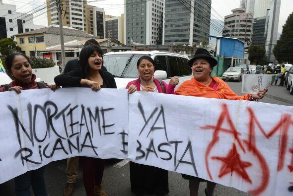 En la madrugada del 3 de julio, manifestantes se reúnen frente a la emba...