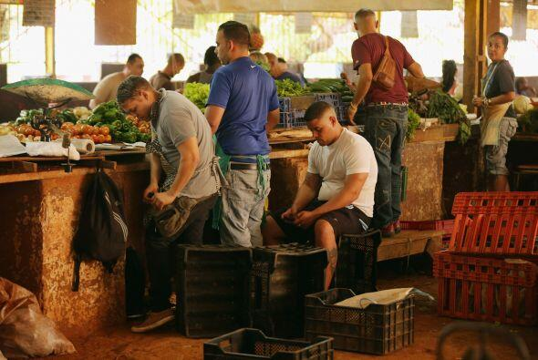 Un grupo de comerciantes venden hortalizas en el Mercado Agropecuario en...