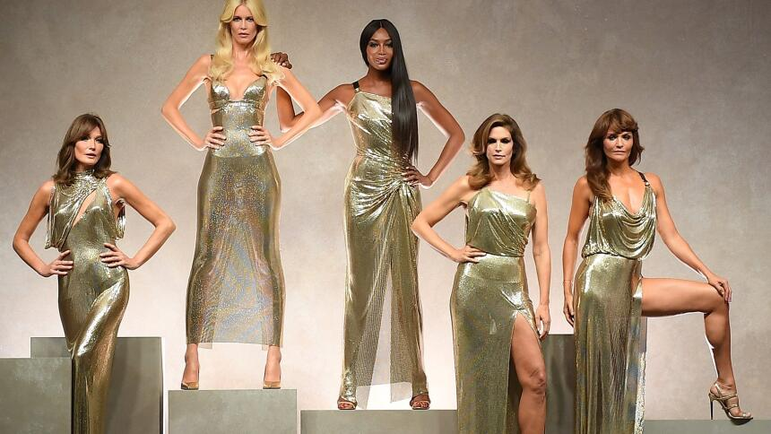 Majestuosas, todas en dorado, las musas favoritas de Gianni Versace se r...