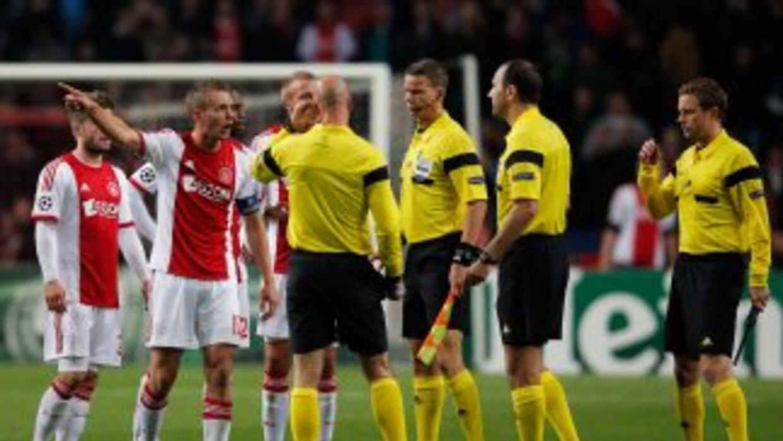 Los jugadores del Ajax protestan el penalti cobrado a afavor del Milan.