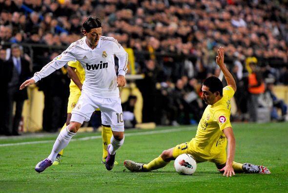 Mesut Özil buscaba abrir espacios, pero el 'Submarino Amarillo' estaba m...