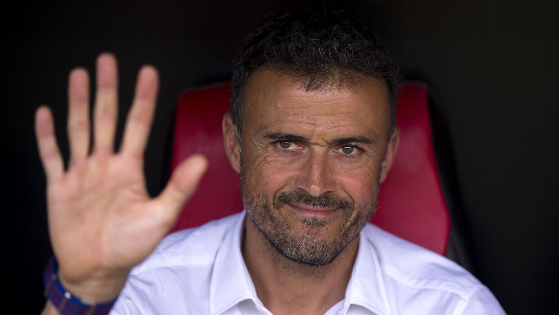 Luis Enrique levanta la mano para dirigir a la selección.
