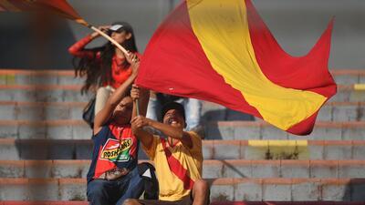 El colorido de la fiesta de los fanáticos en el partido entre Morelia y Santos