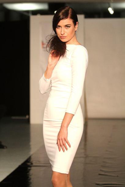 Por ejemplo este vestido corto blanco que muestra todo tu esplendor y se...