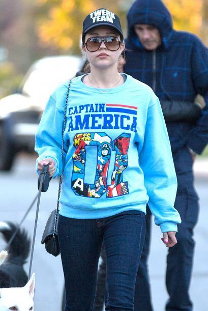 Amanda vistió una sudadera azul del Capitán America. M&aac...
