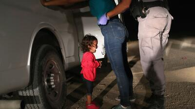 Una niña llorando junto a su madre, la imagen que evidencia el drama de la separación familiar