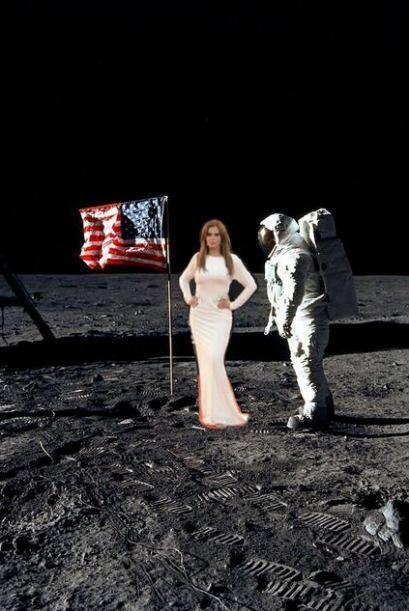Caminando sobre la Luna. Mira aquí lo último en chismes.