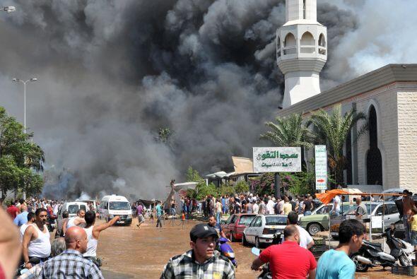 Sale humo de la mezquita mientras se congrega una mulatitud al frente de...