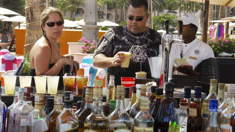 Turistas compran bebidas alcohólicas en las playas de Méxi...