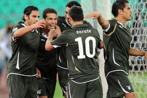 El brasileño Hernanes abrió el marcador para el equipo laz...
