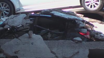 Bomberos buscan reforzar partes del estacionamiento colapsado en Irving para poder remover los vehículos