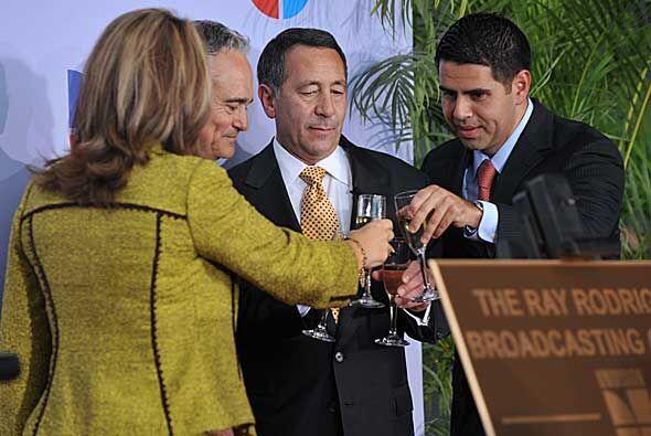 En el brindis María Elena Salinas, Ray Rodríguez, Joe Uva y César Conde.