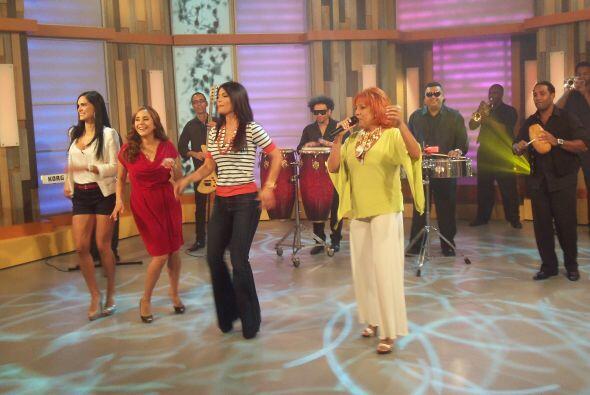 De acuerdo con la cantante, el baile se hace con chanclas de madera.