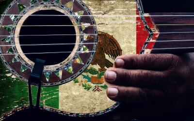 Guitarra con la bandera de México.
