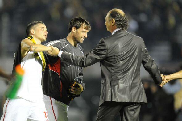 El técnico Falcao saluda al argentino Andrés D´Aless...
