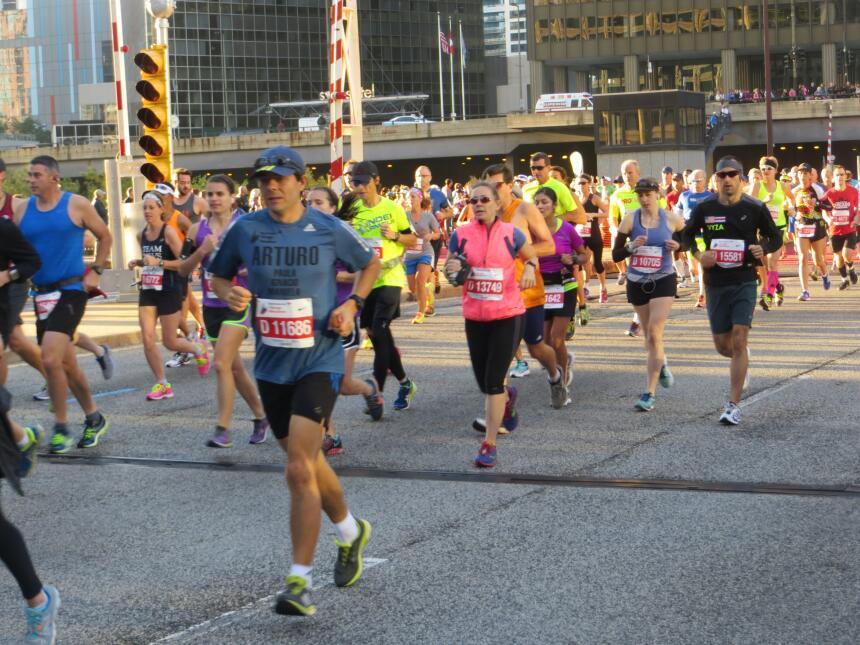 El maratón de Chicago arrancó desde muy temprano con gran energía. Mira...