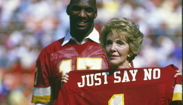 Nancy Reagan con el quarterback de los Washington Redskins, Doug William...