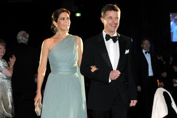 PRÍNCIPE FEDERICO Y PRINCESA MARY- Federico, el Príncipe heredero, recib...