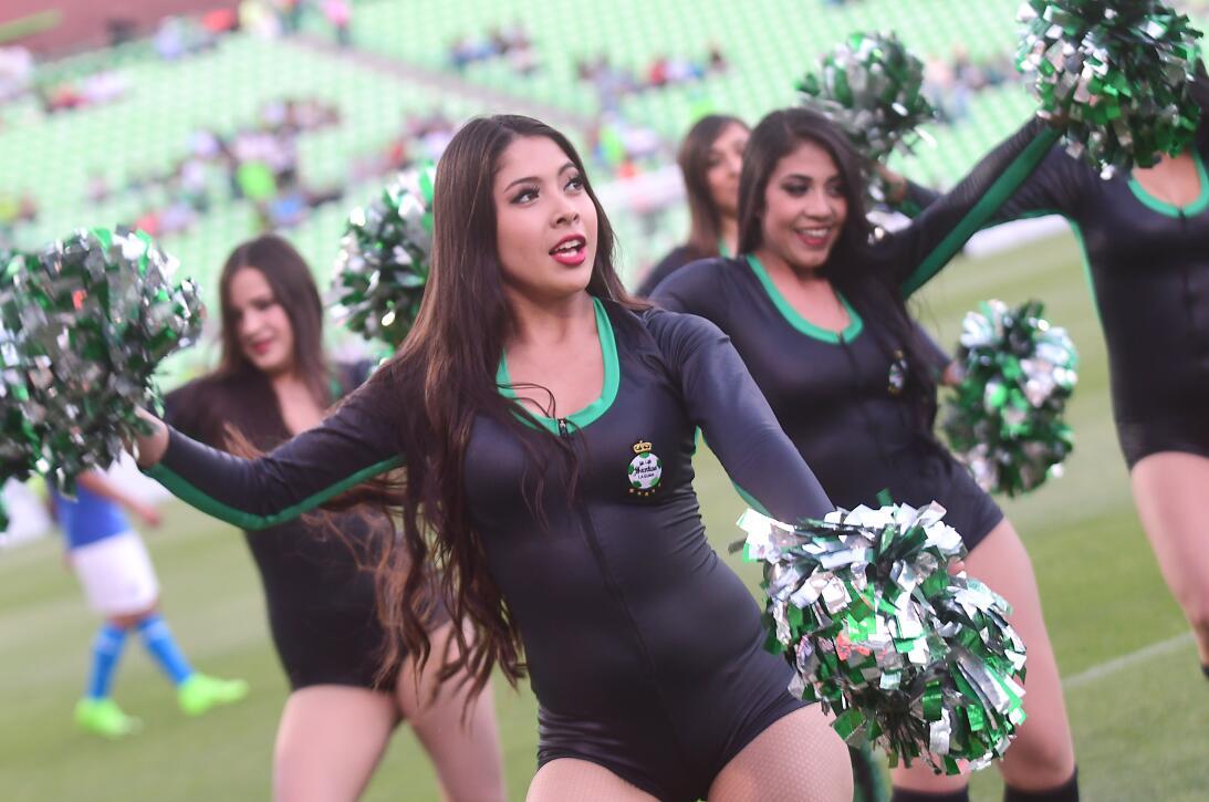 La belleza de las porristas en los cuartos de final en la Copa MX 201703...