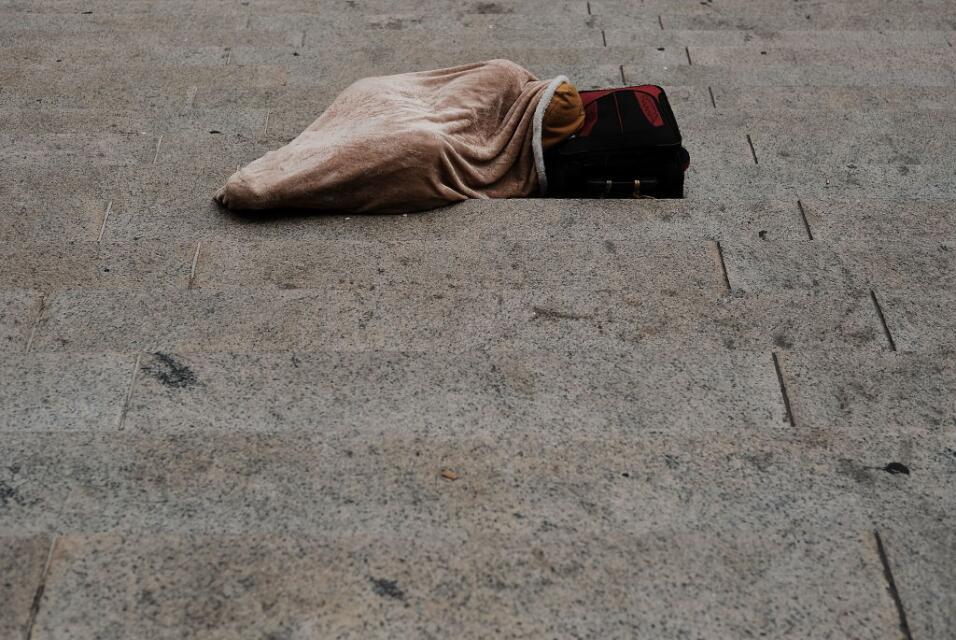 Una persona duerme en una calle de Manhattan. Cuando se camina la ciudad...