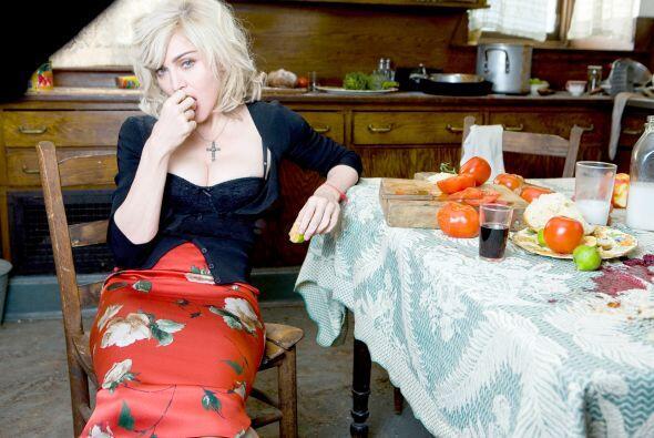 En la cocina, pero sin delantal y con una falda divina