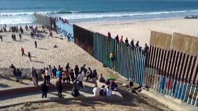 Los primeros migrantes de la caravana llegan a Tijuana y algunos treparon la valla fronteriza