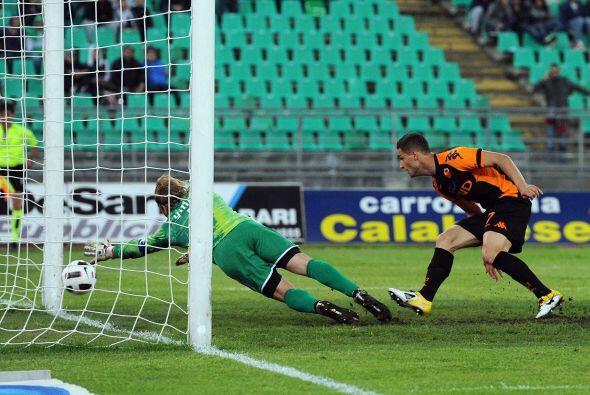 En un duelo más que inusual, Roma ganó con un gol de Rosi en el último m...