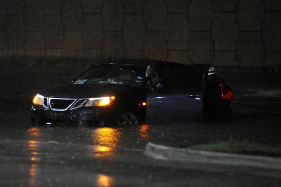 La noche cae en Houston con zonas ya inundadas.