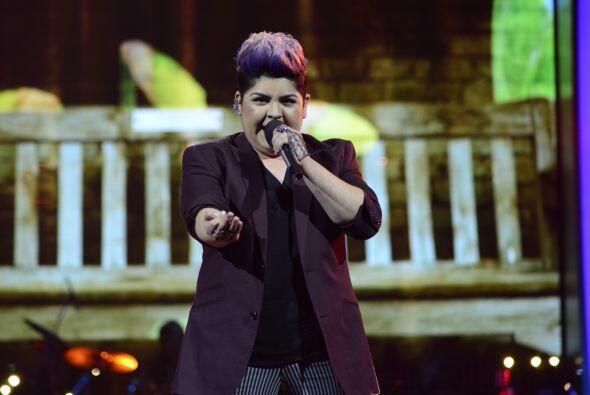 Stephanie Guzmán cantando.