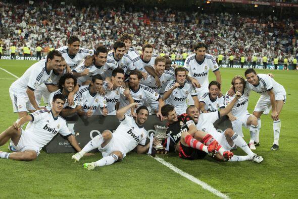 Todo el plantel del Real Madrid junto a la Supercopa 2012, que se queda...