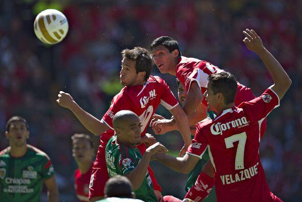 En un balón al área de Jaguares Amione peinaría la bola al segundo poste...