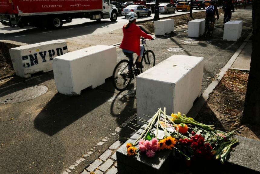 Ciclistas dejan atrás un memorial para las víctimas del ataque terrorist...