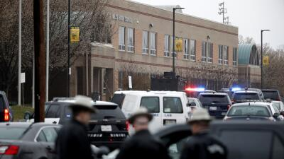Agentes frente a la secundaria de Maryland donde un tiroteo dejó...