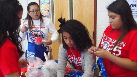 Palacio dirige a estudiantes voluntarios en un evento del Mes de la Here...