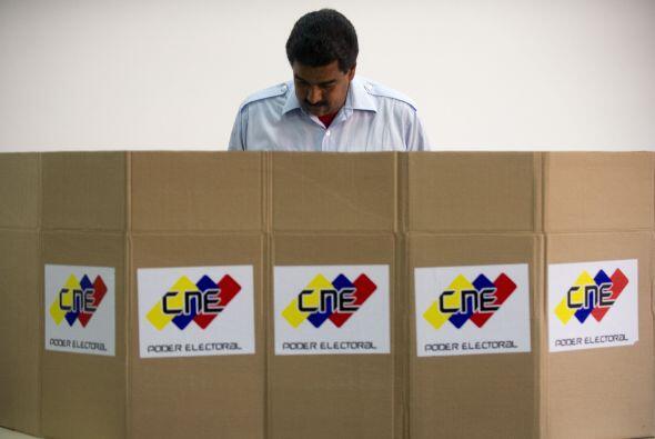 Maduro, quien acudió a votar acompañado de su esposa Cilia Flores y carg...