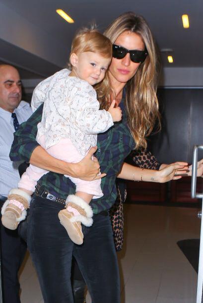 Gisele llegó al aeropuerto de Los Angeles con su nena en brazos. Más vid...