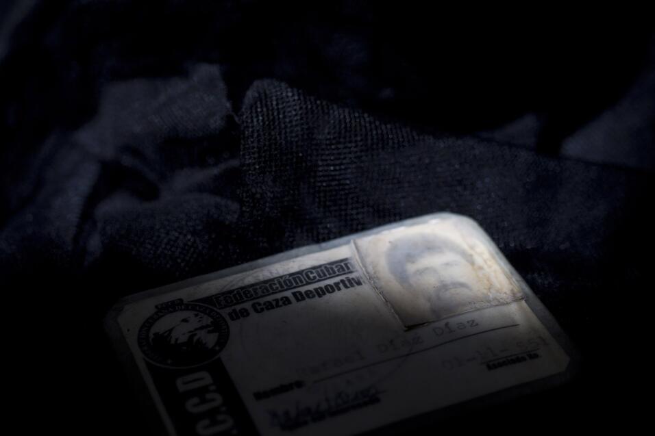 Entre los objetos olvidados hay pruebas de su formación, certificados de...