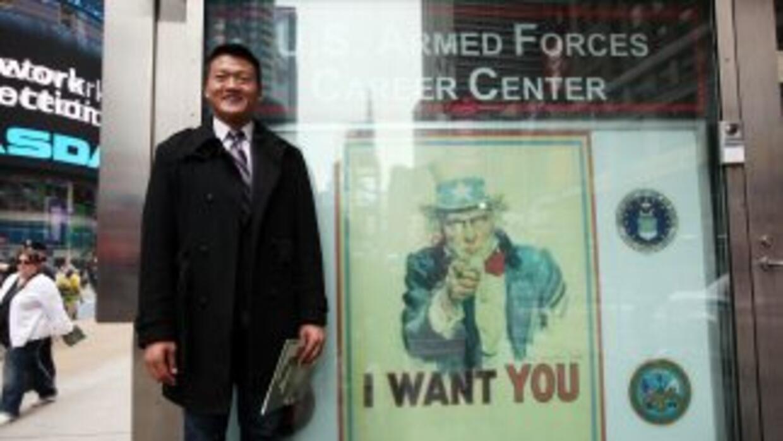 Un soldado gay hace campaña por sus derechos en Times Square.