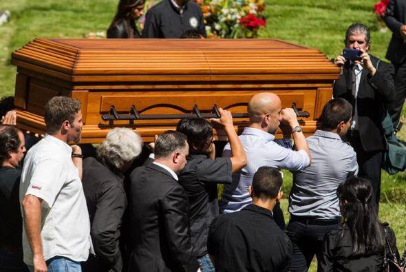 Un grupo de personas carga el féretro del esposo de la exMiss Venezuela...