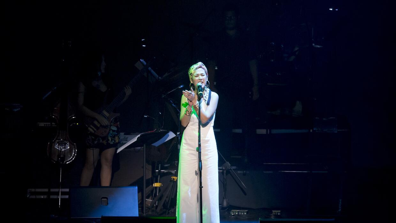 Nella Rojas abriendo su acto durante el concierto Caminos de ida y vuelt...