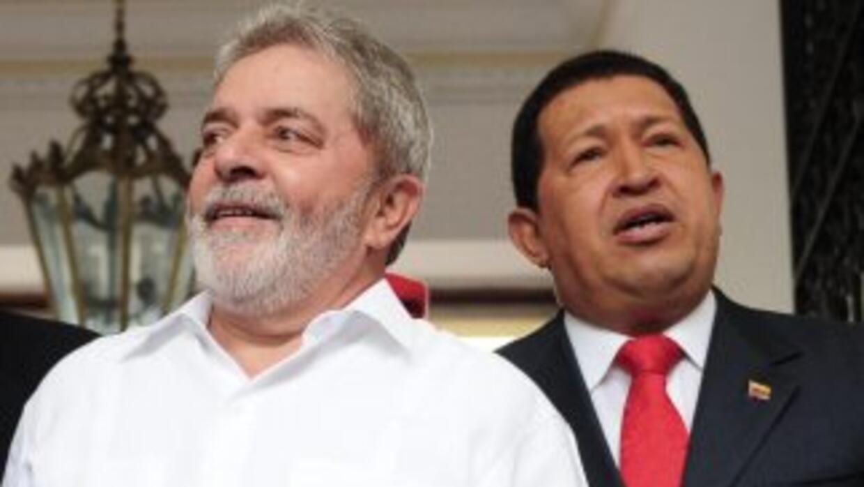 El ex presidente de Brasil Luiz Inácio Lula da Silva con el mandatario v...