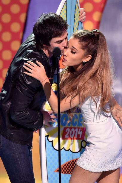 Le entregó su tabla de surf a Ariana Grande