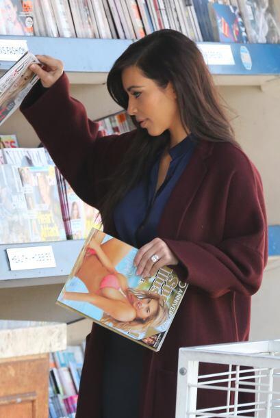 Pero en realidad, ¡fue ahí para llevarse todas las revistas Vogue!Mira a...