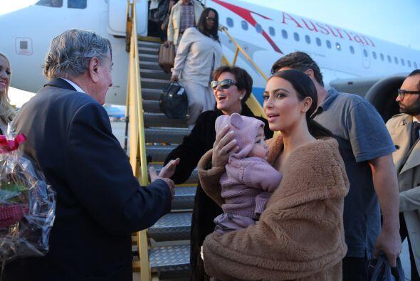 Al llegar al aeropuerto ya las esperaba el millonario. Mira aquí...