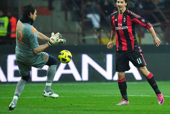 Ibrahimovic se perdió una muy clara, le pegó suave y terminó en las mano...