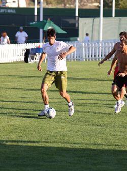Novak tiene un excelente control con la pelota pegada al pie y es muy ve...